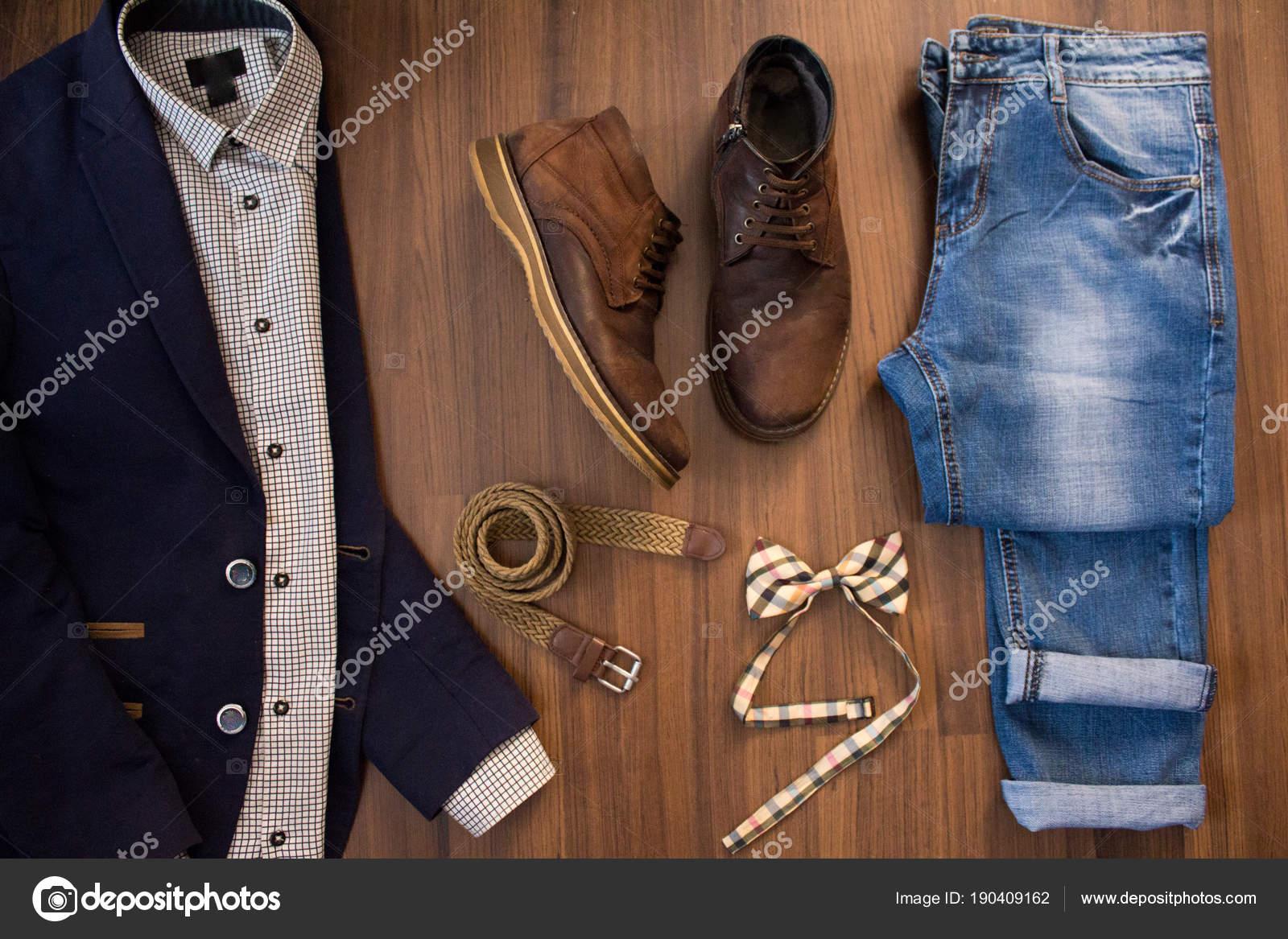 933e01522 Poner plano de conjunto de ropa casual para hombre y zapatos en marrón  madera ba —