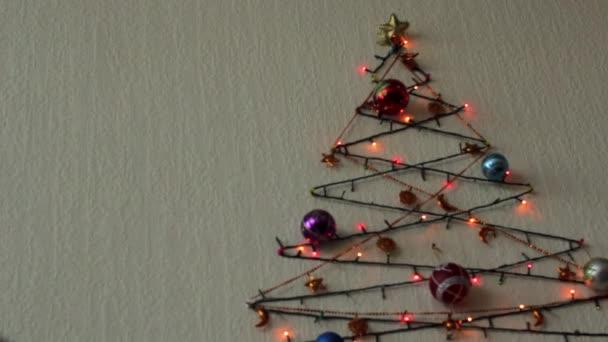 Multi-barevné blikající světla a vánoční stromek koule na zdi v podobě vánoční stromeček