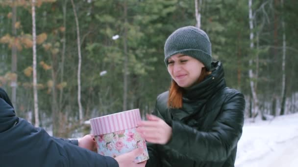 Dívka dává dar v zimě venku