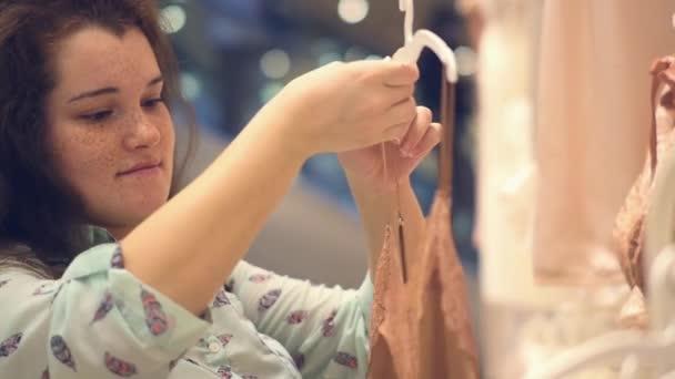 Жіноча нижня білизна магазин. Жінка вибирає білизна Шовкова– стокове відео 6c3625ff203cd