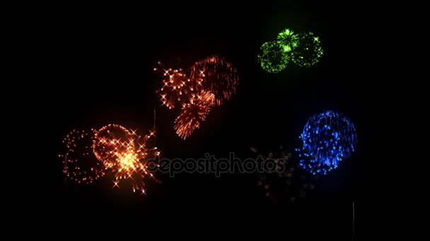 Multi színes tűzijáték ünnepek háttérként a szilveszteri, karácsonyi vagy más ünnep. Több színű durrogtatás Térkép elszigetelt fekete. 3D animáció pirotechnikai könnyű show.26