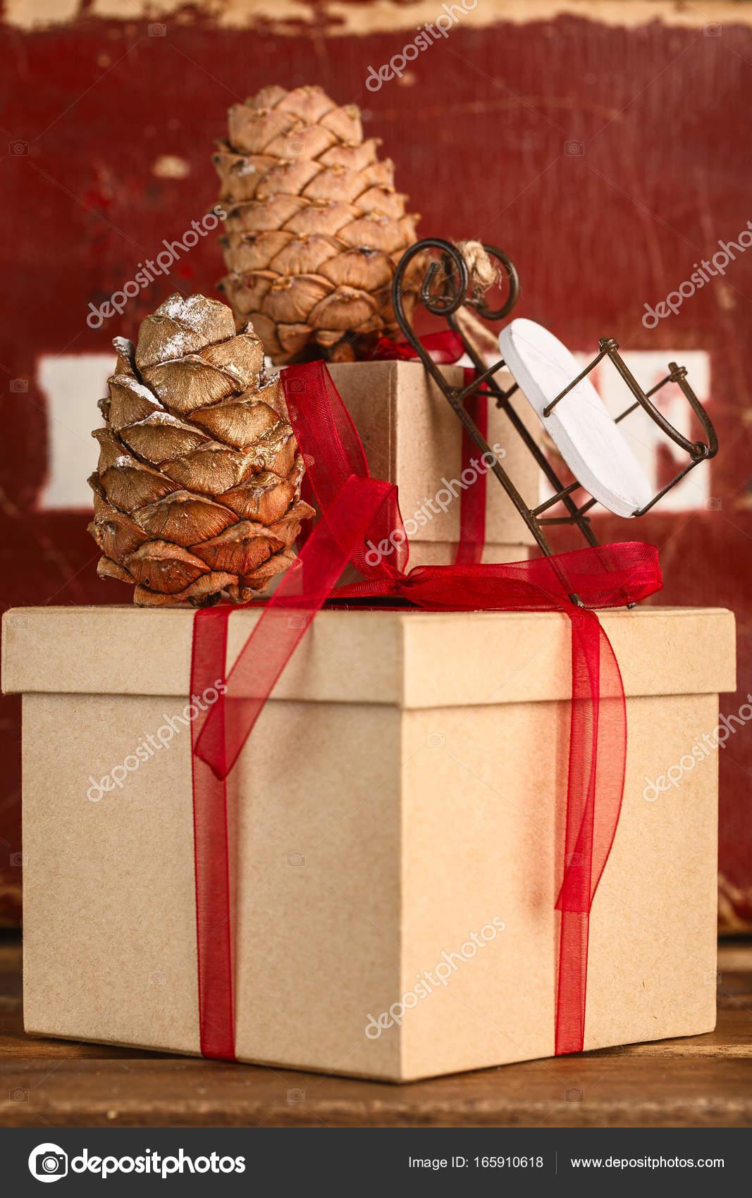 Weihnachtsgeschenke und Weihnachtsbaum. die Attribute von ...