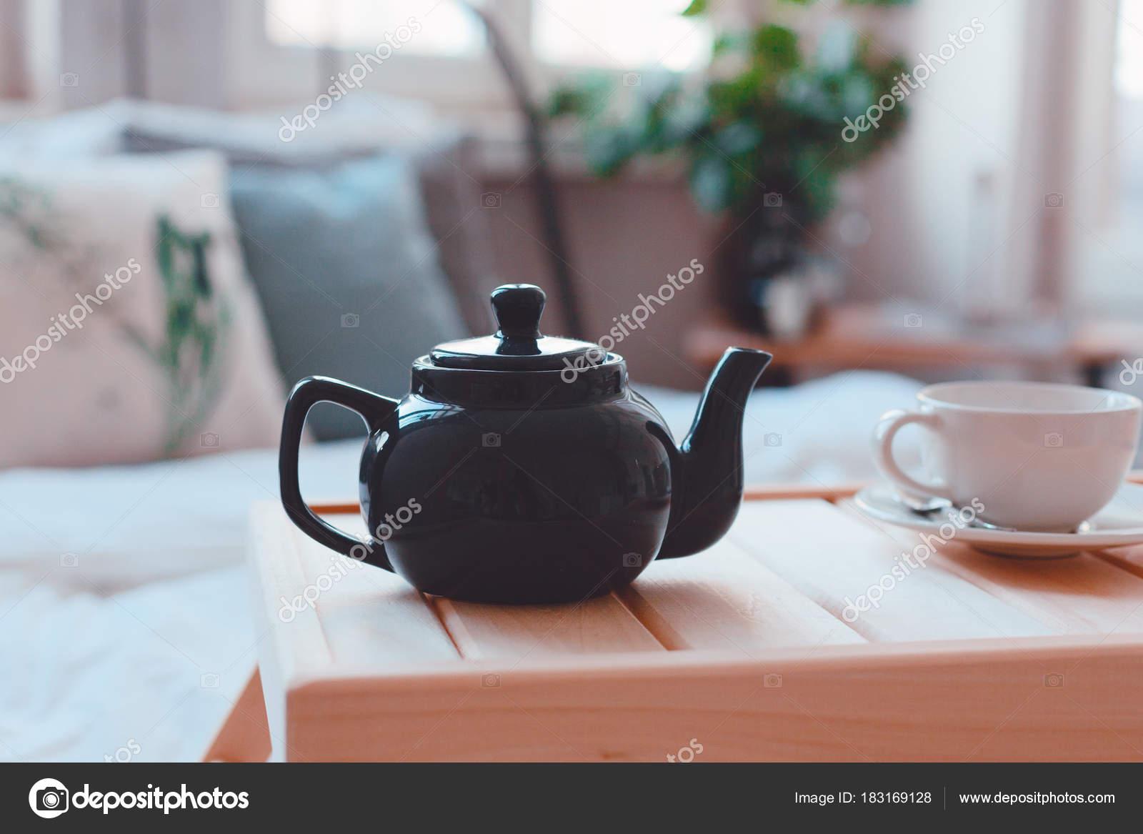 Tavoli Per Colazione A Letto : La colazione a letto teiera con tè e tazza sul tavolo u foto