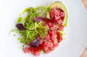 tonhal tatár avokádóval, saláta