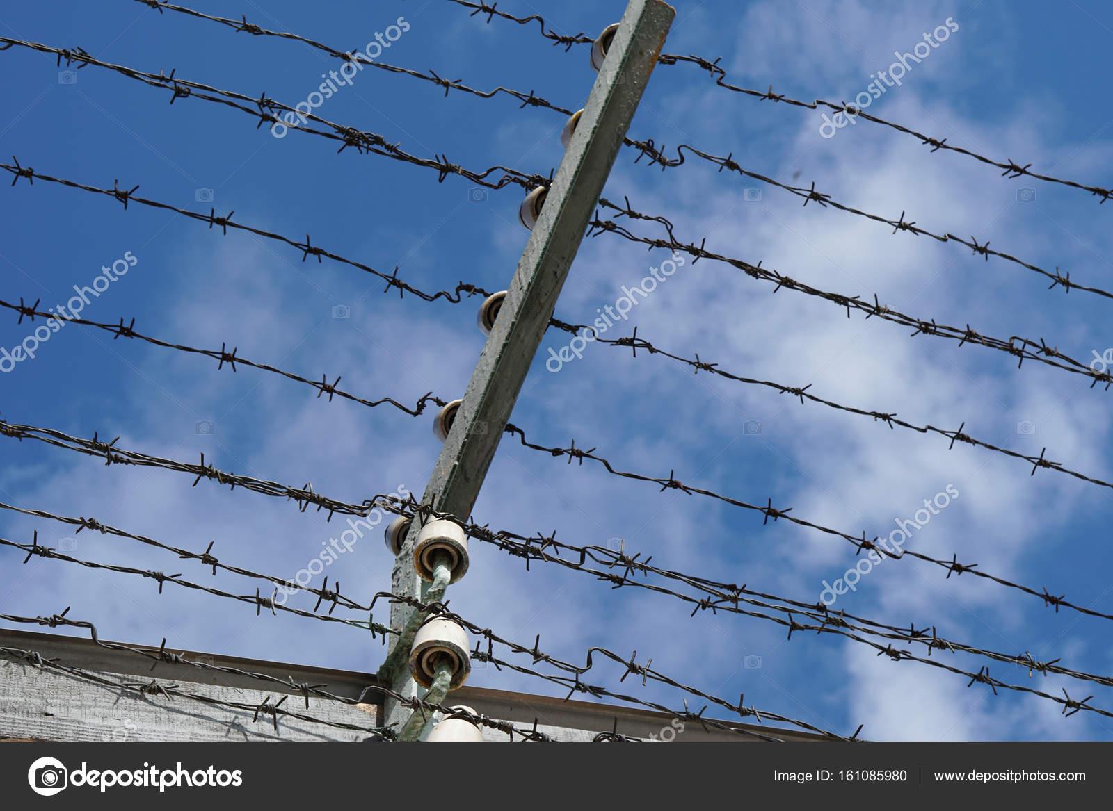 Stacheldraht mit Hochspannung auf dem Gefängnis-Zaun — Stockfoto ...