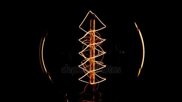 Edison žárovku na černém pozadí. Detail