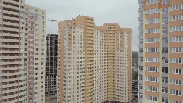 Letecký pohled. Komplex nových výškových bytových domů ve městě. Kamera jde dolů
