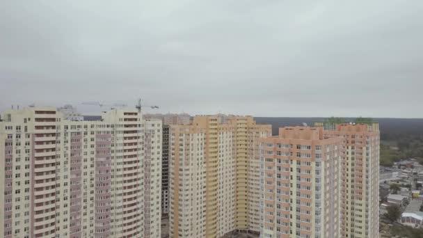 Letecký pohled. Komplex nových výškových bytových domů ve městě. Kamera letí domů