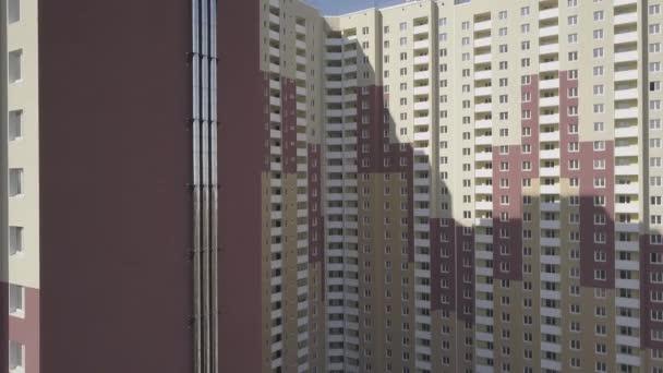 Letecký pohled. Komplex nových výškových bytových domů ve městě. Na stěně domu potrubí pro kreslení