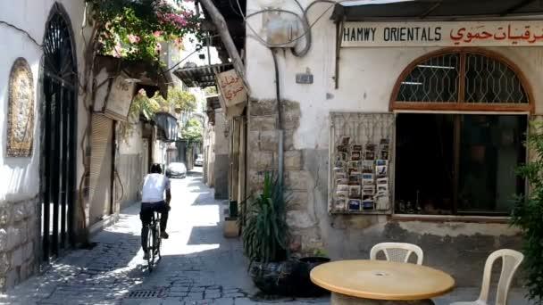 Damašek, Sýrie, září 2013: Člověk je jízda na kole po ulici v starého Damašku