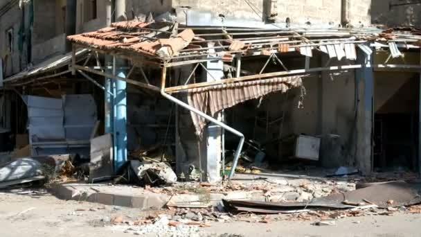 Damašek, Sýrie, září 2013: Zničenými domy se nachází v blízkosti silnice spojující Damašek s letištěm. Budova zničena během bojů mezi povstalci syrské národní armády