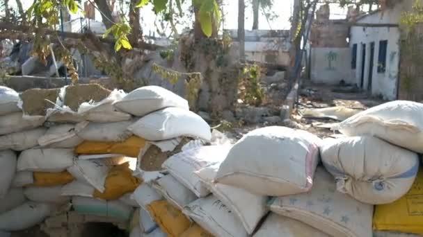 Damašek, Sýrie, září 2013: Barikád z pytlů s pískem na místě bitvy na předměstí Damašku. Budova zničena během bojů mezi povstalci syrské národní armády