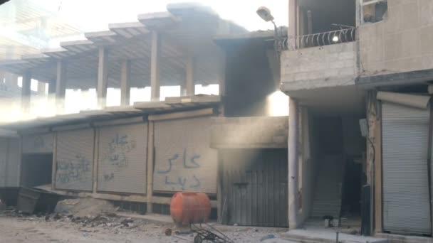 Damašek, Sýrie, září 2013: Kouření budova po skončení bojů syrské armády s rebely v předměstí Damašku