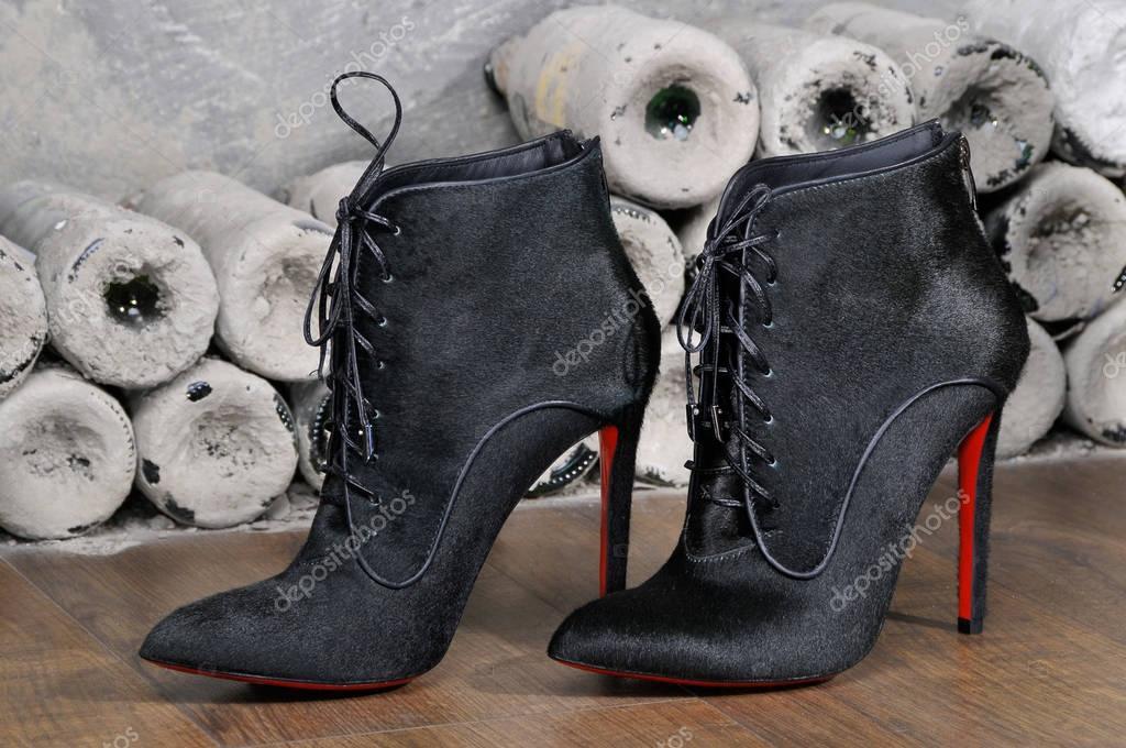 eb762ed645a Γυναικείες μπότες χειροποίητο με φόντο παλαιά μπουκάλια. απομίμηση μάρκας  Παπούτσια Christian Louboutin, δείχνοντας κόκκινες σόλες– Εκδοτικές  Φωτογραφίες ...