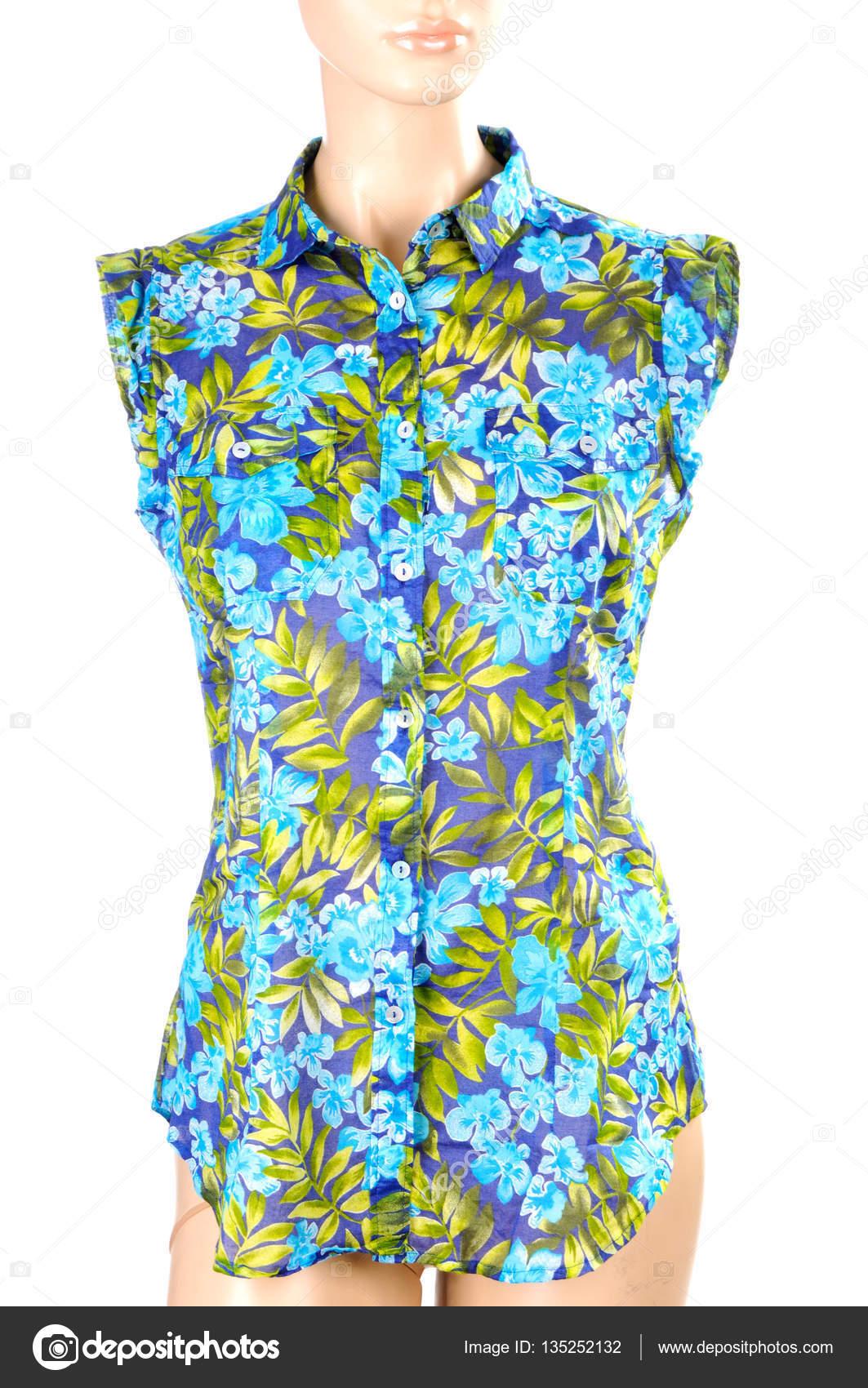51aa4115acc9 Μπλούζα με floral τυπωμένη ύλη που απομονώνονται σε λευκό. λουλούδι εμπριμέ  φόρεμα-ζακέτα σε ένα μανεκέν — Εικόνα από ...