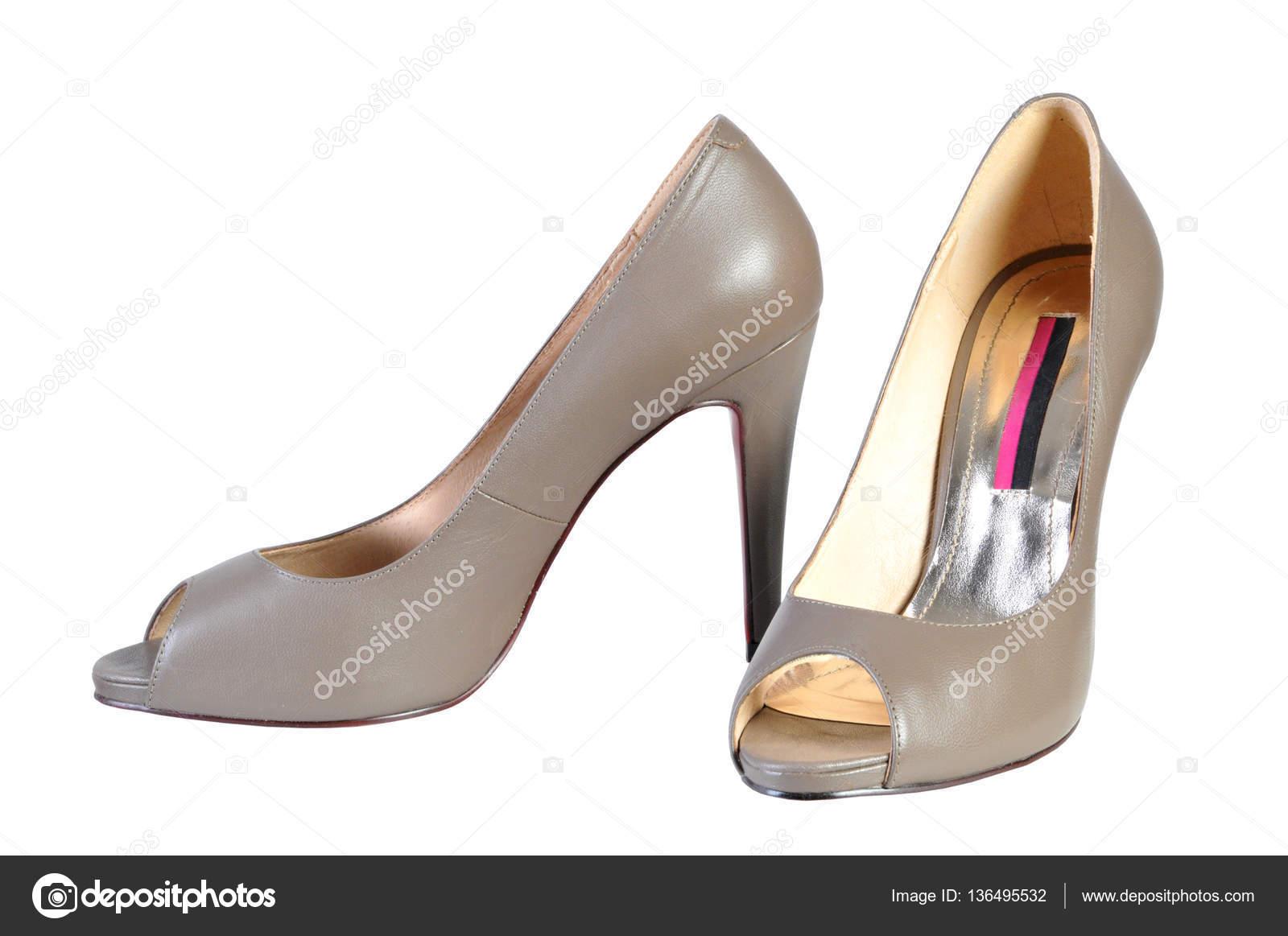 7a60de8335 Mulher marrom moda sapato sapatos de salto alto no fundo branco —  Fotografia de Stock