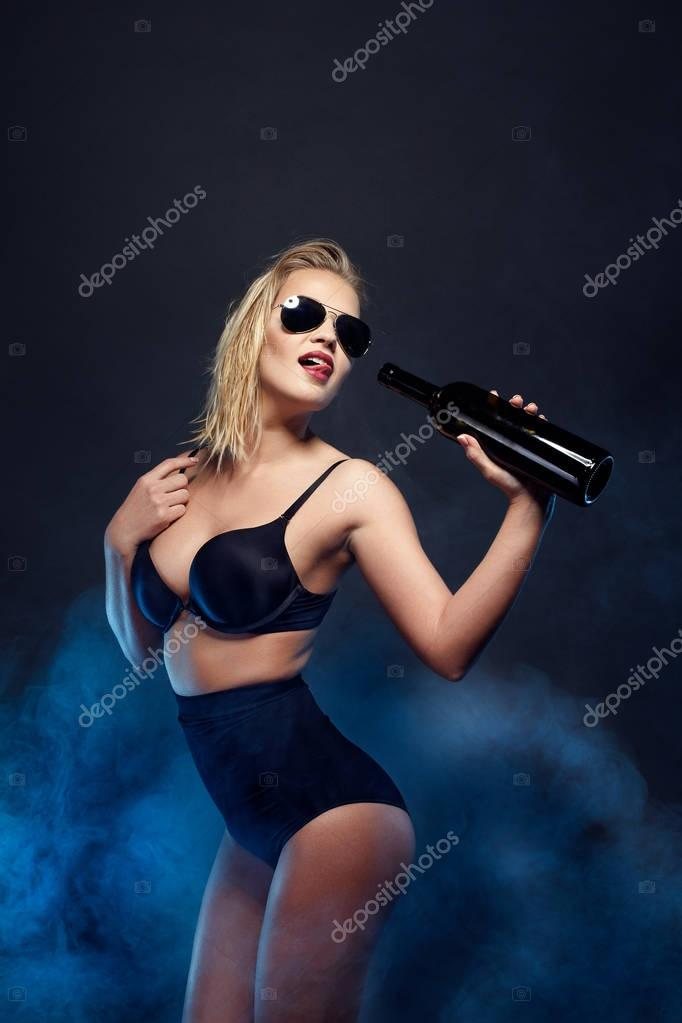 горячая блондинка в черном белье