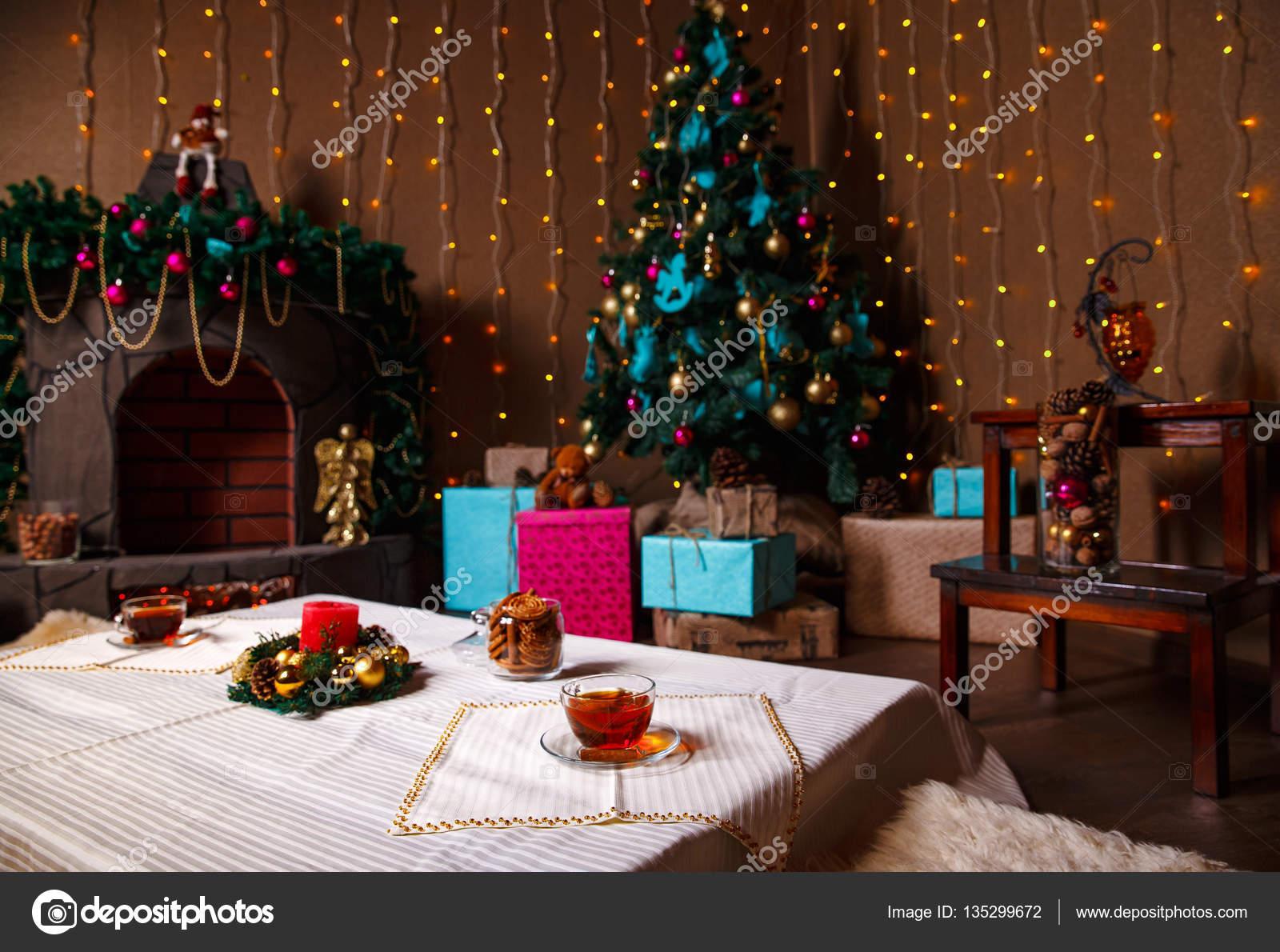 https://st3.depositphotos.com/5311026/13529/i/1600/depositphotos_135299672-stockafbeelding-kerstmis-kamer-interieur-design-kerstboom.jpg