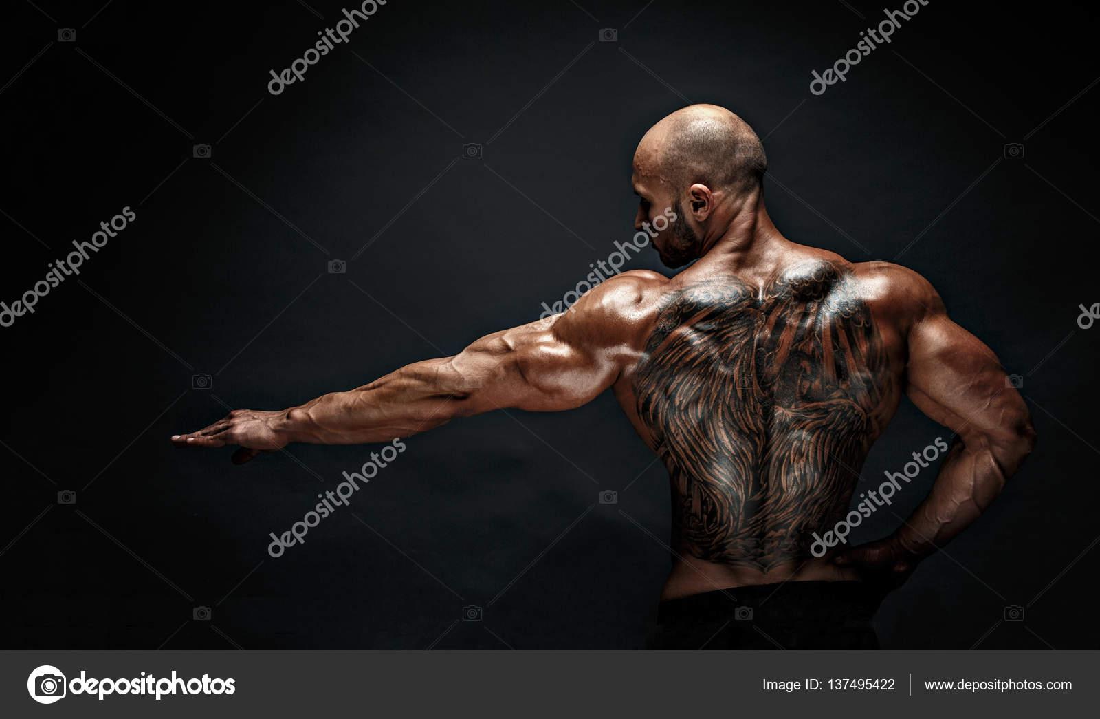 tatouage ange homme muscle