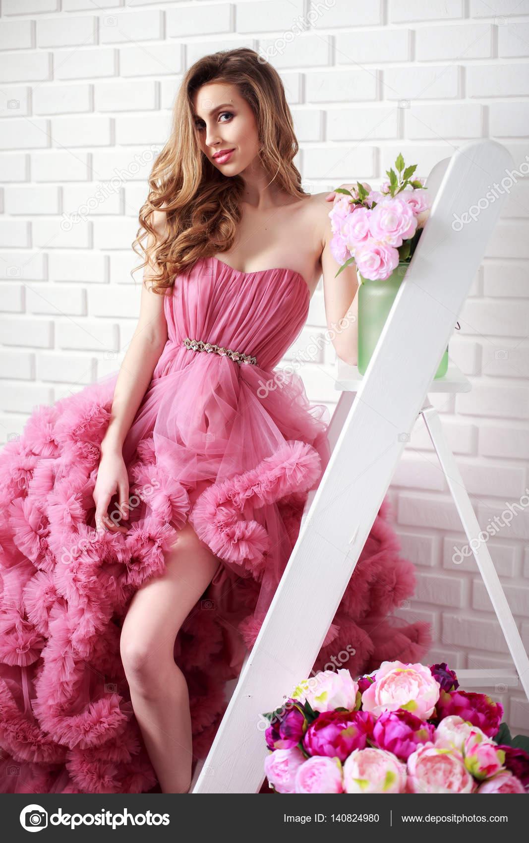 La mujer en vestido esponjoso en escalera — Foto de stock © zamuruev ...