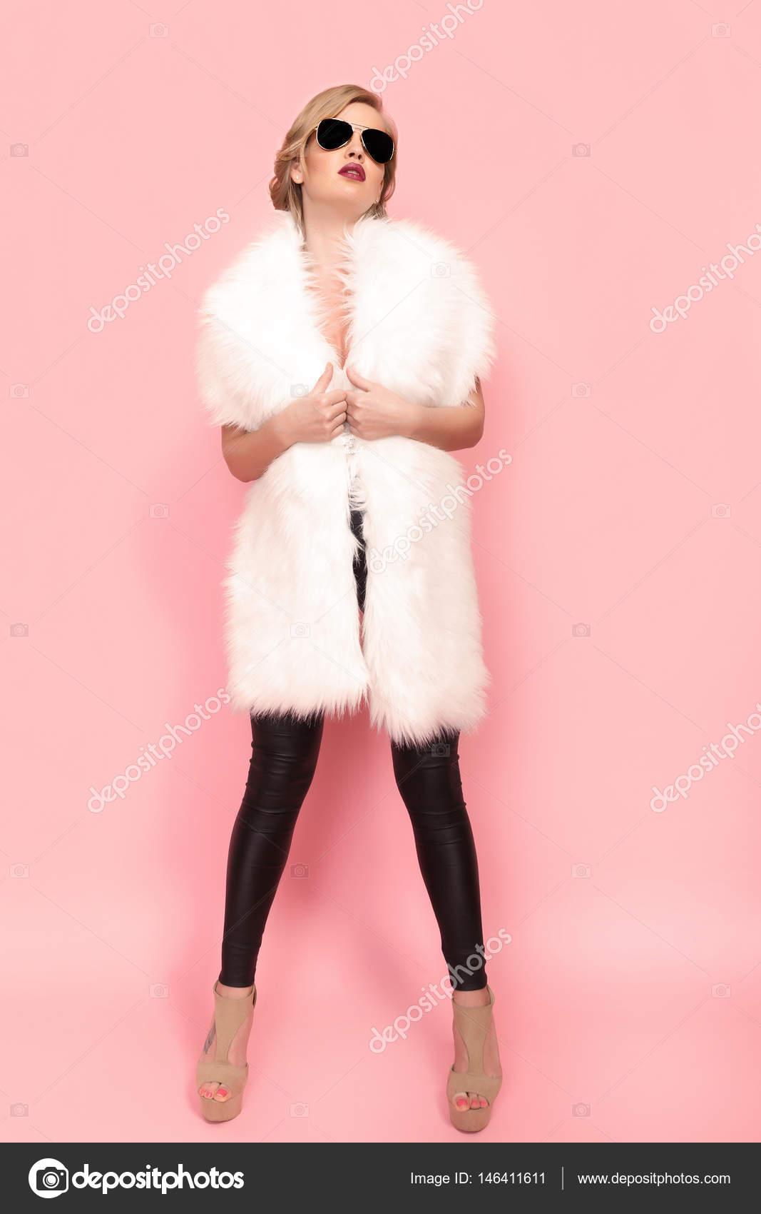Retrato de niña glam en piel blanca y gafas de sol sobre fondo rosa ...