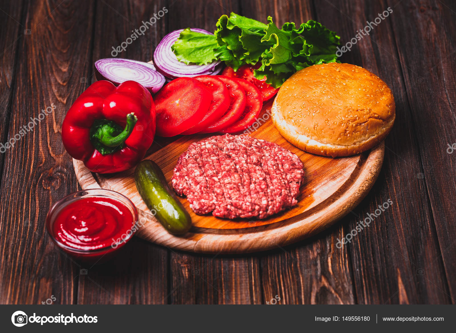 rohen boden rindfleisch fleisch burger steak schnitzel mit gew rzen k se tomaten salat und. Black Bedroom Furniture Sets. Home Design Ideas