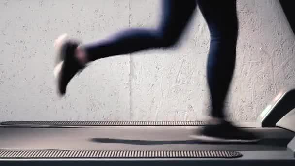 Turnen in der Turnhalle, Laufband Cardio-Training - schöne Beine in Nahaufnahme Detail. Formen Sie, Form und definieren Sie Ihre Beine-Training.