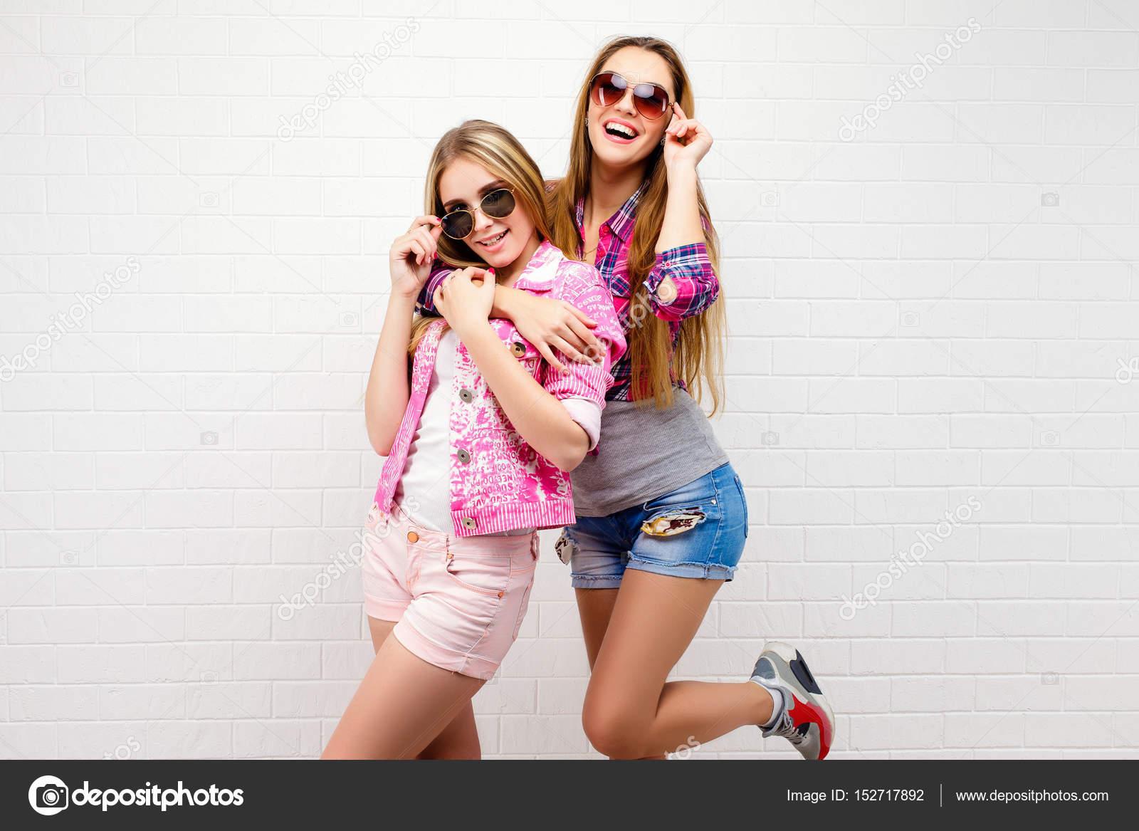 zwei sexy Mädchen, die Spaß haben