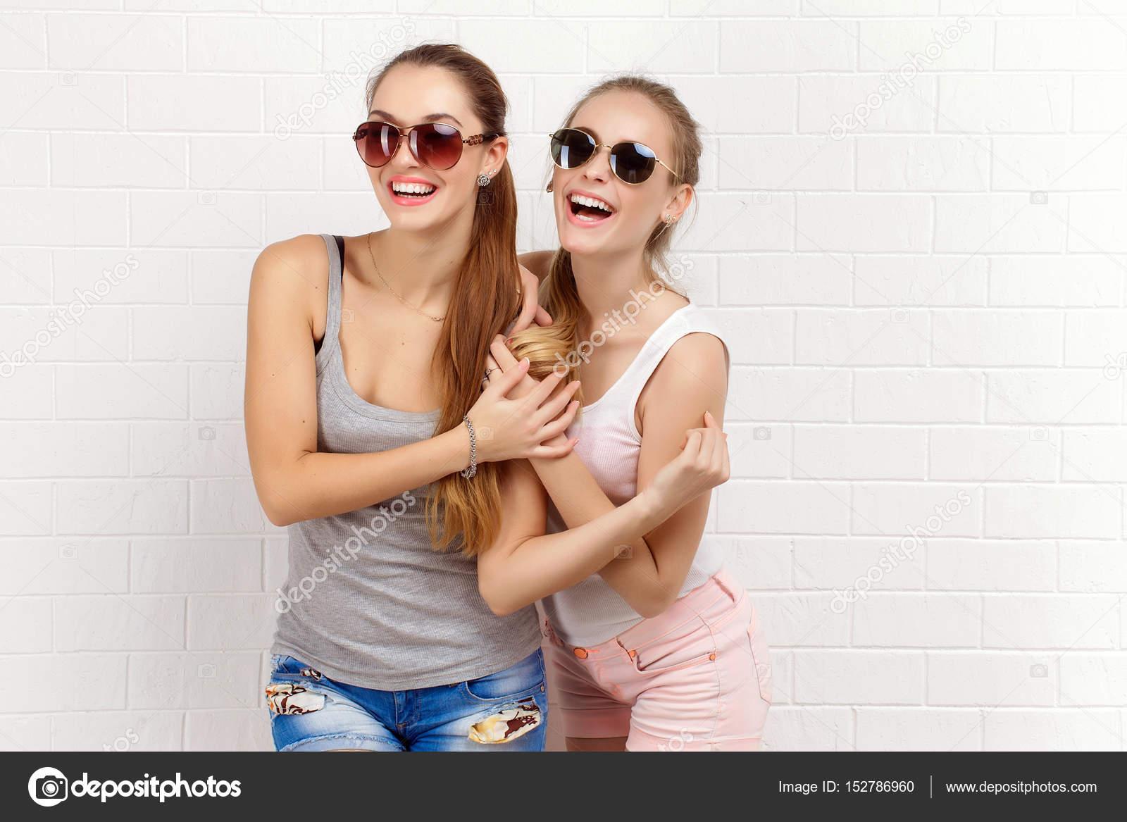 Mode portrait de deux amis qui posent. mode de vie moderne. deux filles  élégantes hipster sexy meilleures amies prêts pour le parti. Deux jeunes  amis de la ... 2fefef71472a