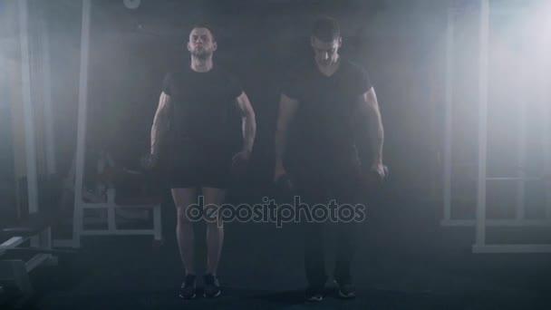 Brüder trainieren im Fitnessstudio