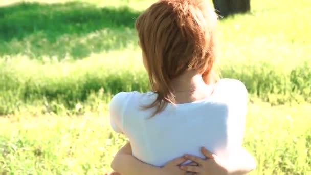 A dcera přiběhne do náruče matky a dává jí velkou pusu. Venku v parku