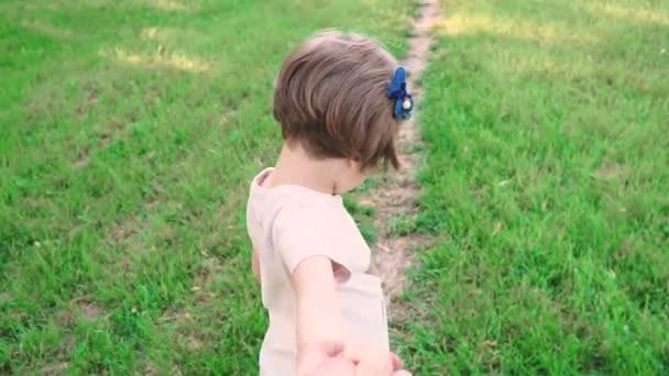 Roztomilá dívka drží za ruku rodiče