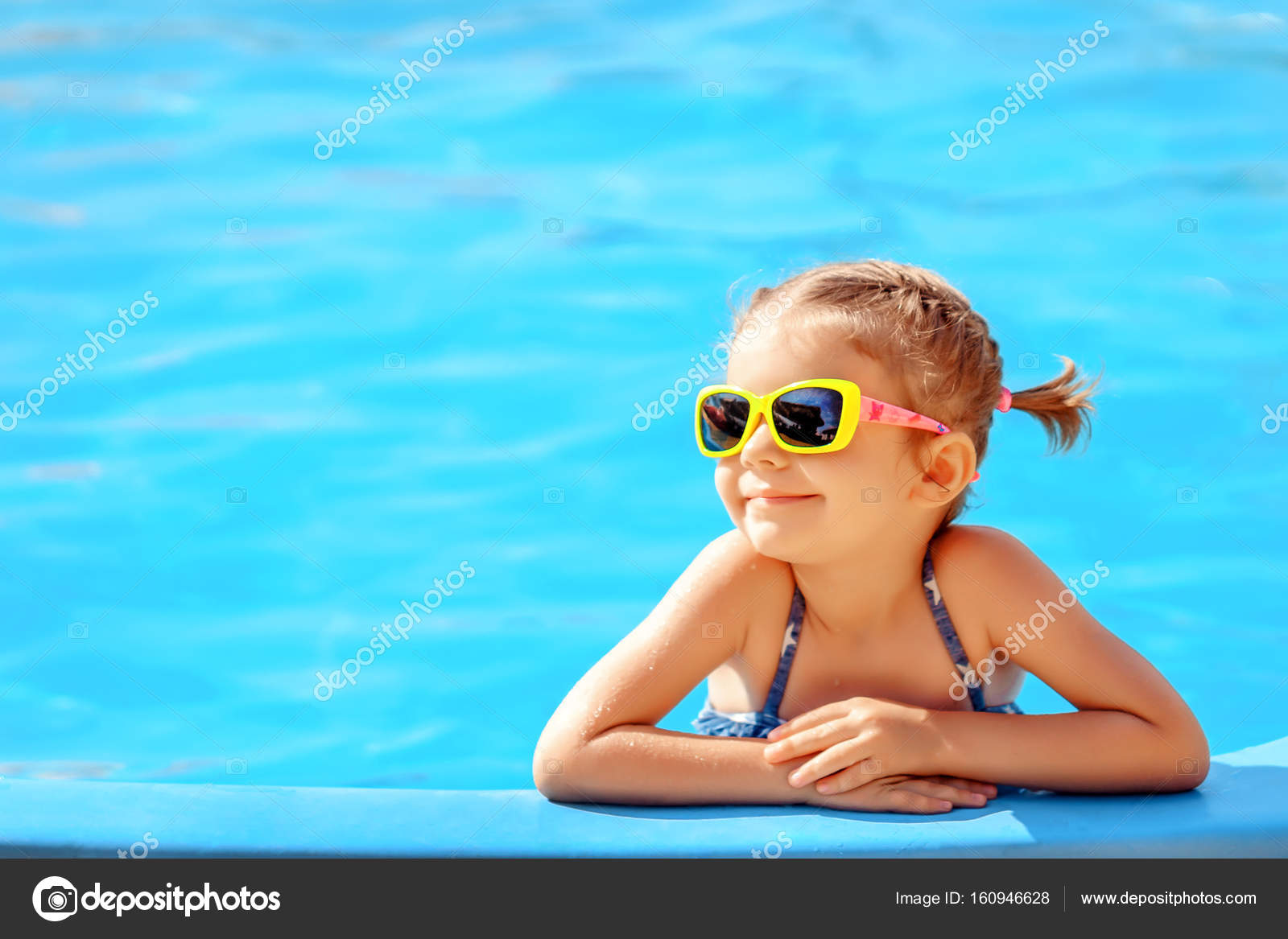 f9f00bbdc0 Χαμογελώντας χαριτωμένο κοριτσάκι σε γυαλιά ηλίου στην πισίνα στην  ηλιόλουστη μέρα — Εικόνα από ...