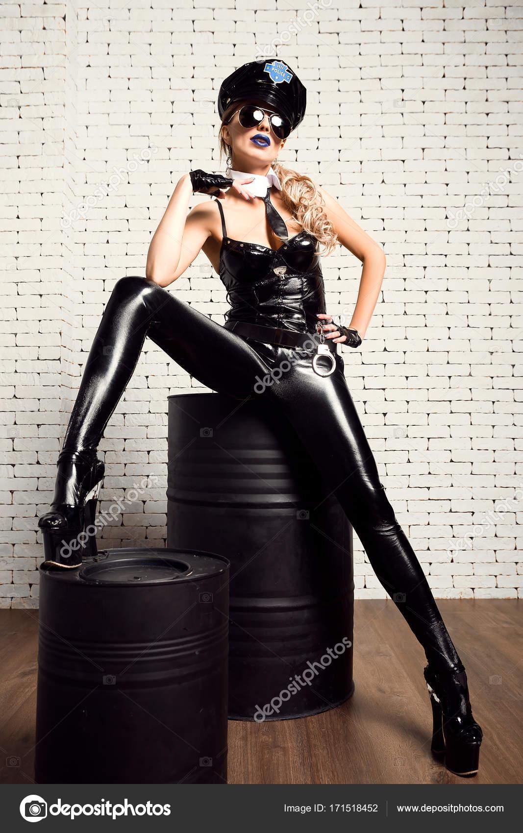 d4f7144d2162 Modelo confiante em roupa de couro sexual — Fotografias de Stock ...