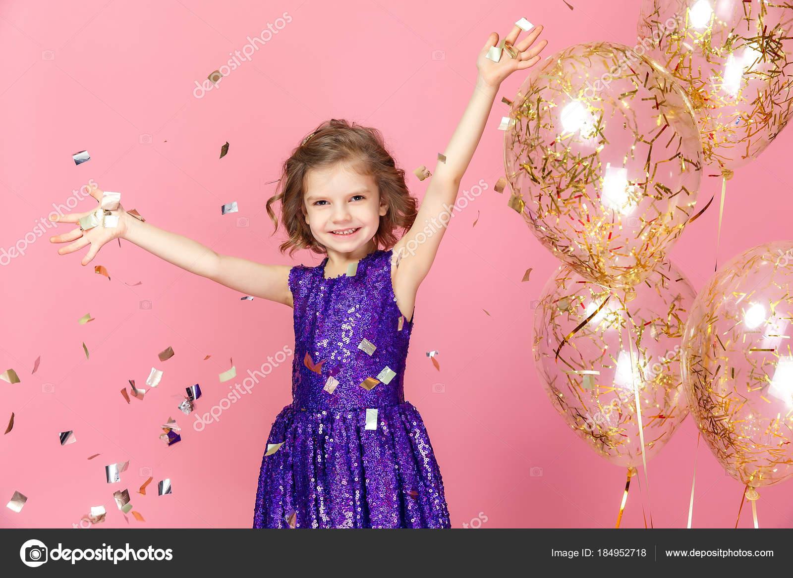 Glückliches Mädchen im rosa Kleid feiern — Stockfoto © zamuruev ...
