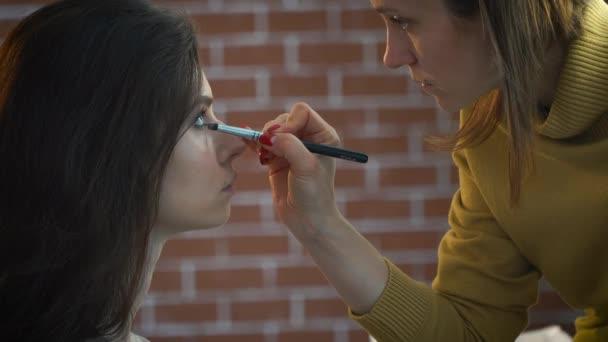 Vizážista líčením na modely oči