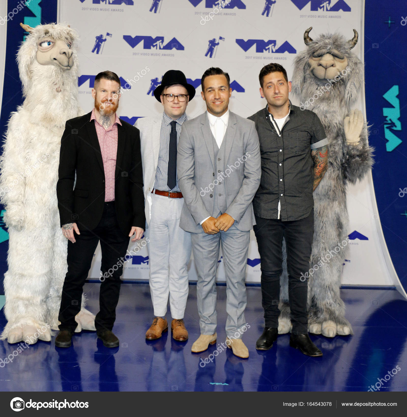 ¿Cuánto mide Craig Mabbitt? - Altura - Real height Depositphotos_164543078-stock-photo-patrick-stump-pete-wentz-joe
