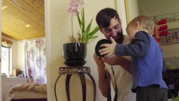 otec a syn s fotoaparátem