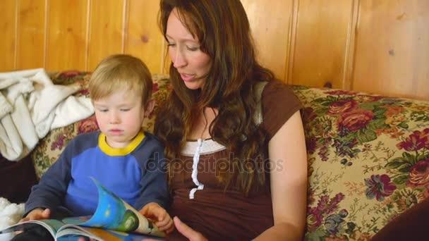 Mutter mit kleinem Sohn liest Magazin