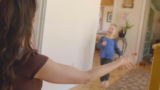 Kleiner Junge rennt zur Mutter