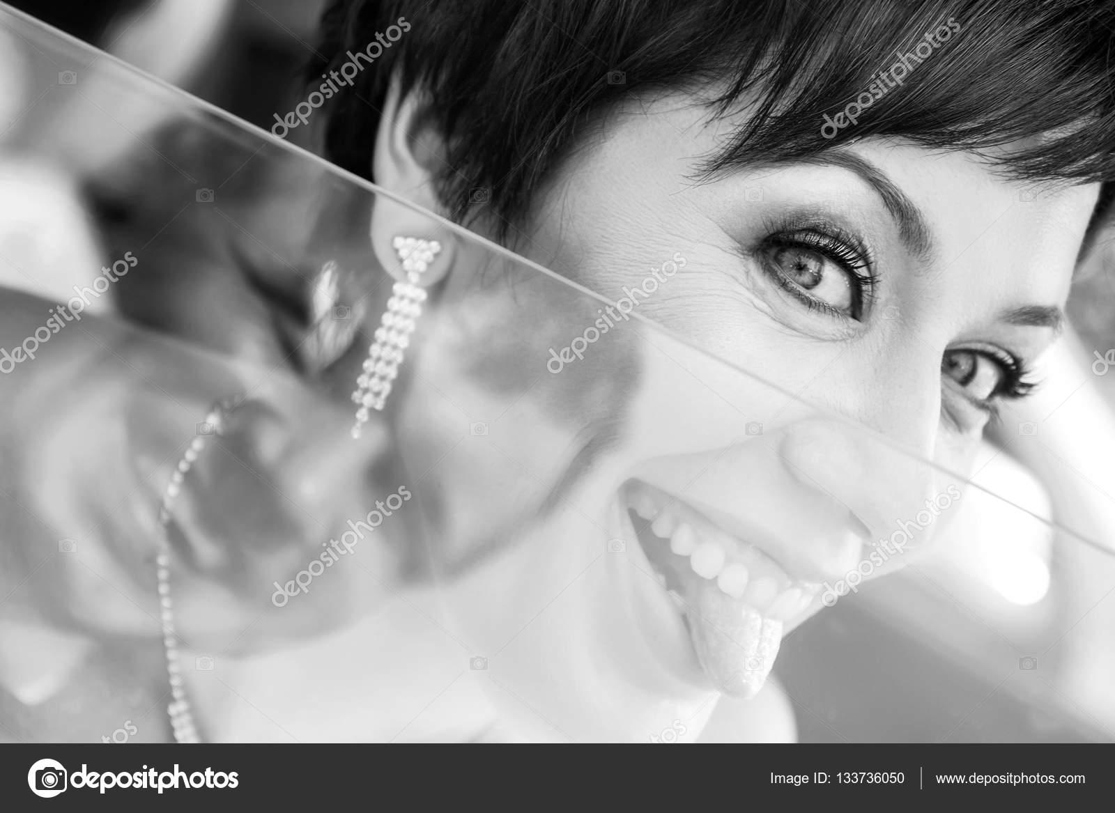 bröllop 35 år Rolig brud i bil leende brudgummen. Kvinna 35 år. Bröllop  bröllop 35 år