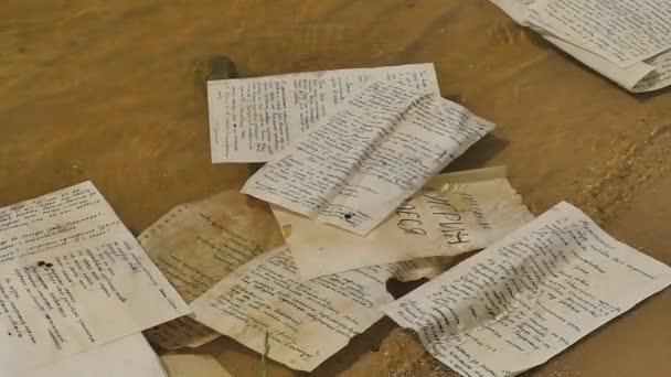 Ručně psaný papír je plovoucí na vodě rukopisy Olesja novela Alexander Kuprinis vyvolána do the řeka nebo jezero slunečného dne venku