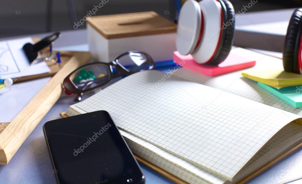 Bureau d un artiste avec des objets de papeterie beaucoup studio