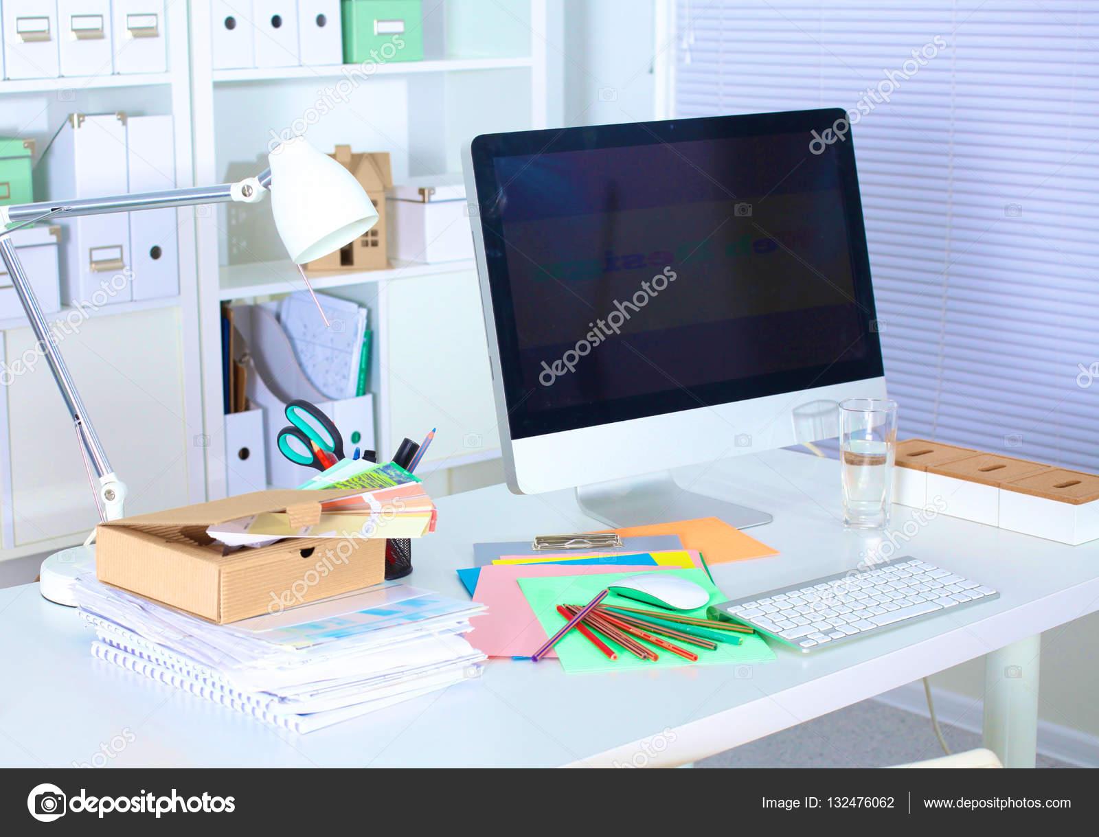 Scrivania Ufficio Design : Design scrivania con un computer e il lavoro di ufficio u2014 foto stock