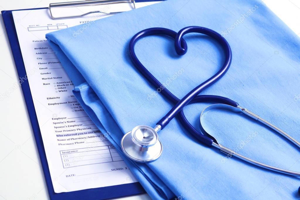 Estetoscopio Médica Torcida En Forma De Corazón En Lista