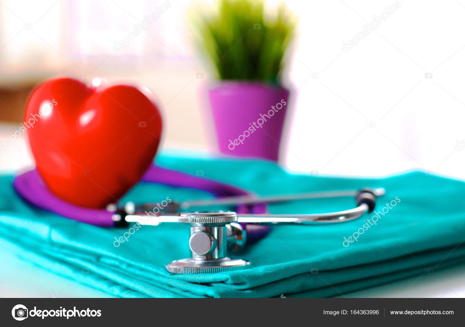 Un Estetoscopio Que Forma Un Corazón Y Un Portapapeles En
