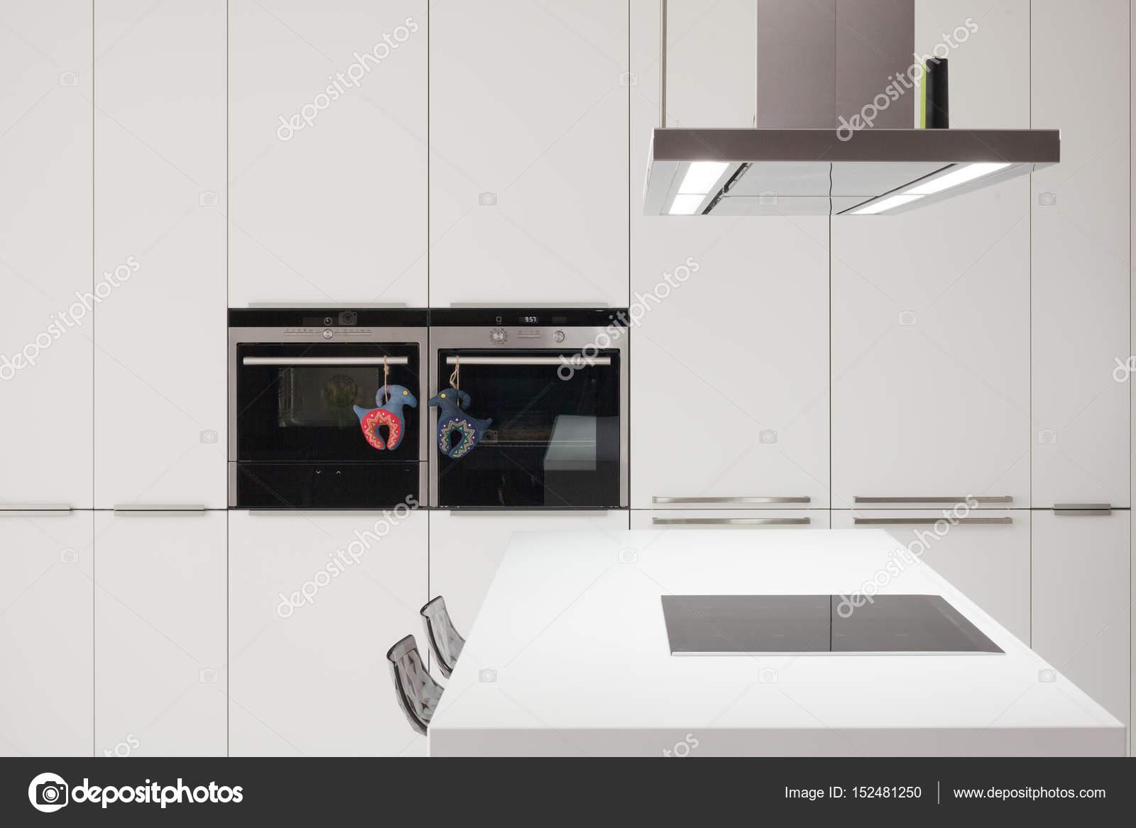 Weiße moderne Küche mit Stahl-Geräte — Stockfoto © brizmaker #152481250
