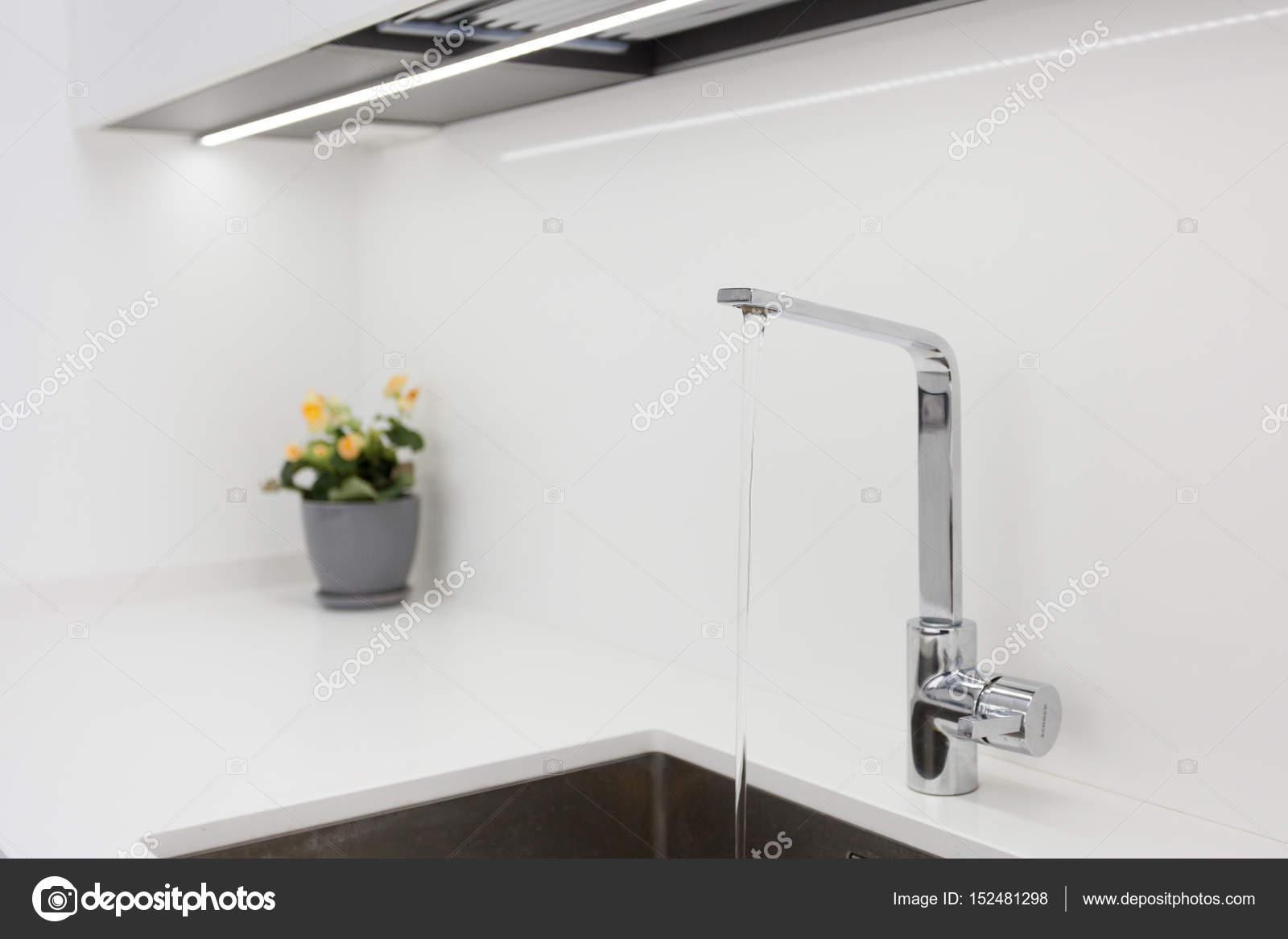 Golpecito de agua cromo de diseño moderno sobre el fregadero de ...