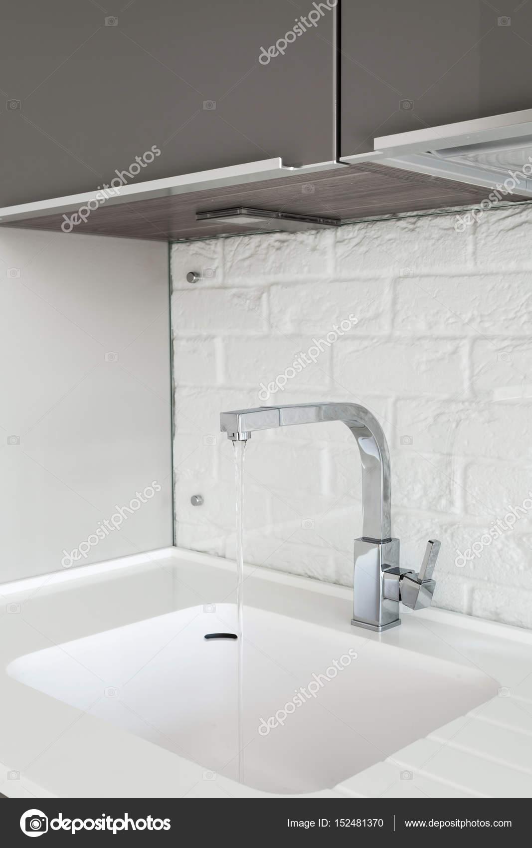 detail von einer rechteckigen designer küchenspüle mit wasserhahn ...