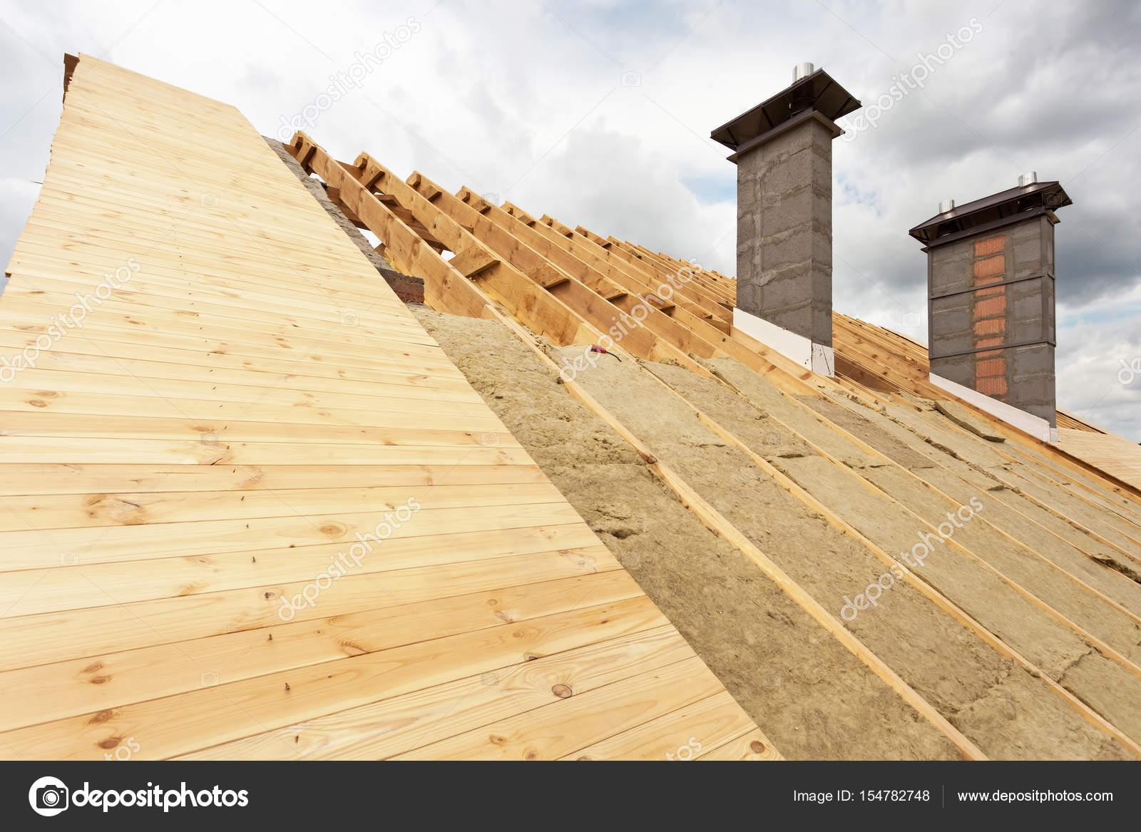 dach im bau. einbau-mineralwolle-dämmung — stockfoto © brizmaker